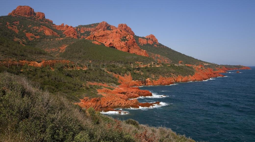Saint-Raphaël das einen schroffe Küste, Berge und allgemeine Küstenansicht