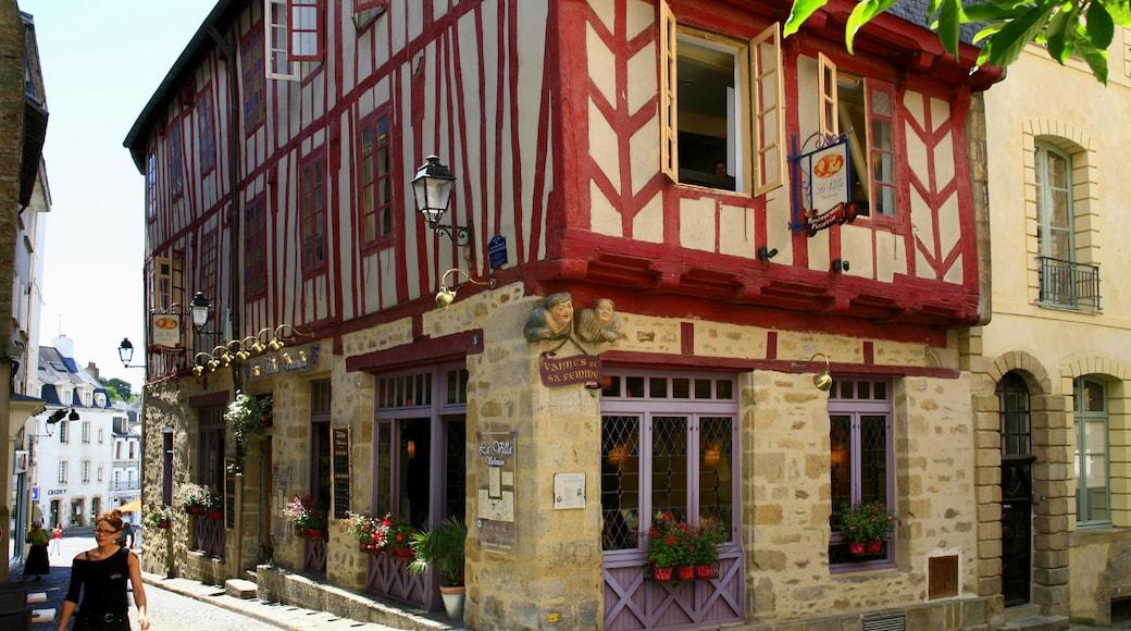 Vannes mettant en vedette scènes de rue, patrimoine architectural et maison
