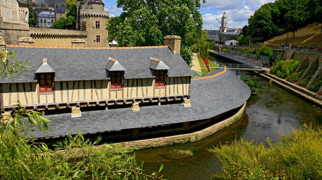 Vannes montrant rivière ou ruisseau, ville et patrimoine architectural