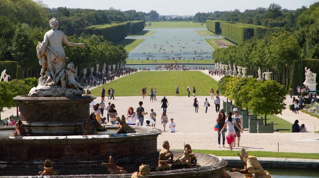 Versailles showing a statue or sculpture, a garden and outdoor art