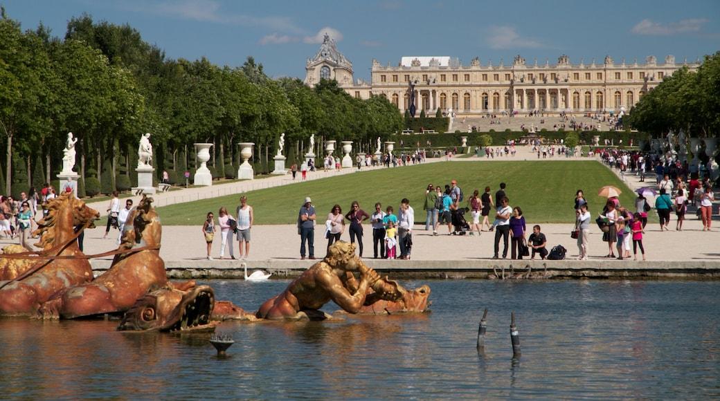 Versailles showing a garden, a statue or sculpture and landscape views