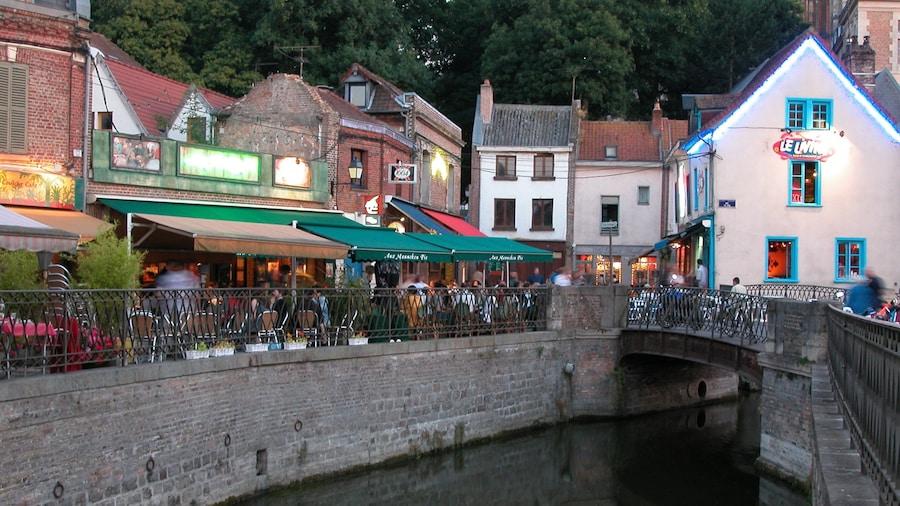 Amiens inclusief een rivier of beek, een huis en straten