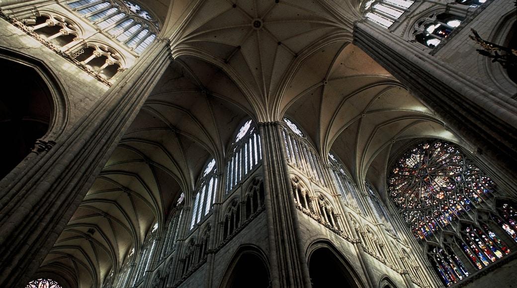 Amiens montrant église ou cathédrale, éléments religieux et patrimoine architectural