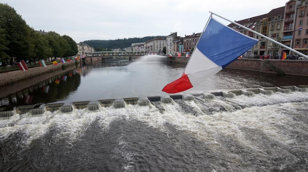 Epinal mettant en vedette rapides, rivière ou ruisseau et ville