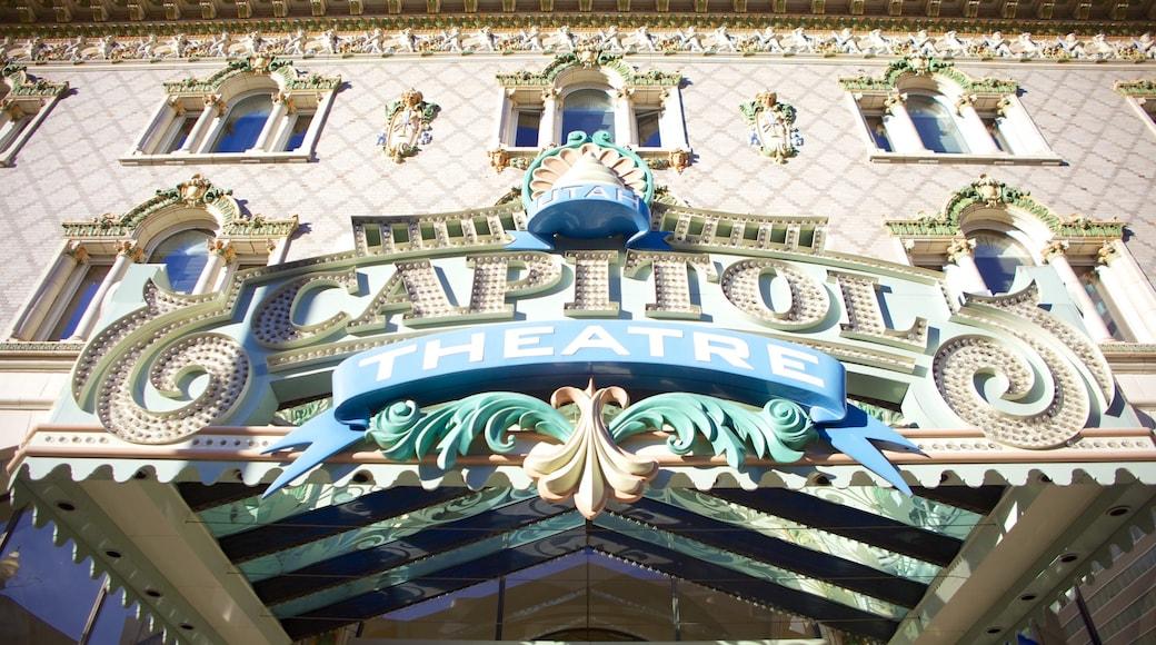 Capitol Theater ofreciendo señalización y escenas de teatro