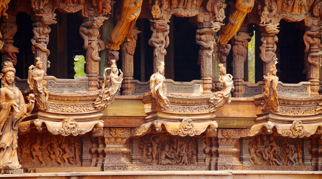 ปราสาทสัจธรรม เนื้อเรื่องที่ มรดกทางสถาปัตยกรรม, วัดหรือสถานที่เคารพบูชา และ องค์ประกอบด้านศาสนา