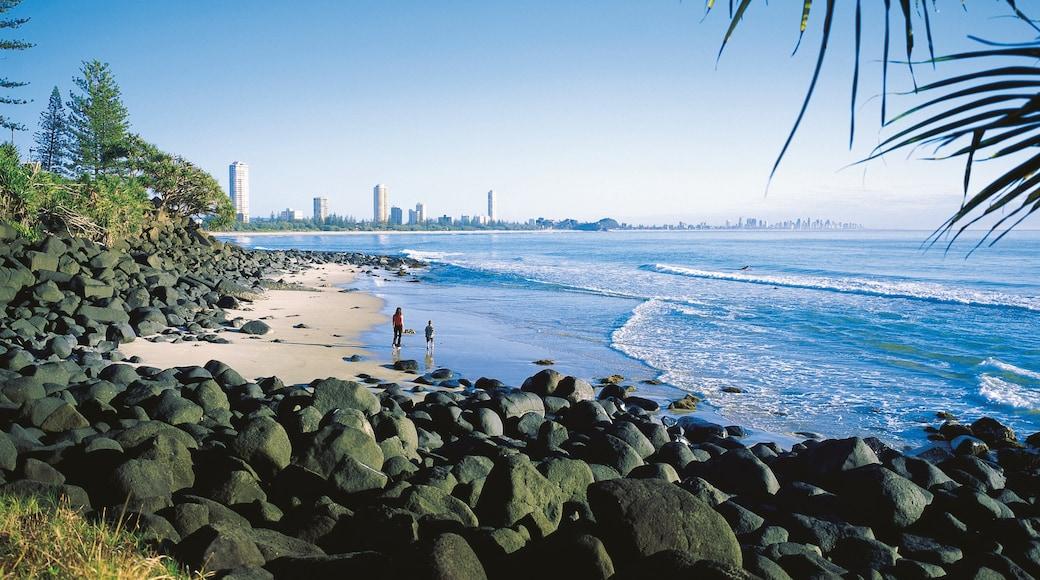 Plage de Burleigh mettant en vedette côte escarpée, plage de sable et vues littorales