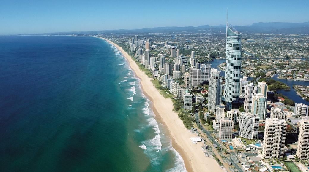 Plage de Surfers Paradise mettant en vedette silhouettes urbaines, plage et cbd