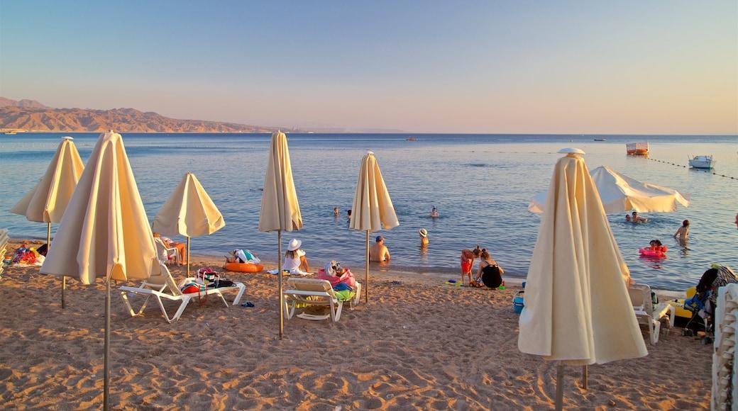 Eilat welches beinhaltet Sonnenuntergang, Sandstrand und allgemeine Küstenansicht