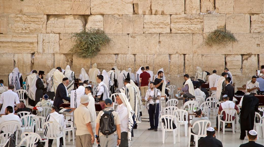 Länsimuuri joka esittää perintökohteet ja uskonnolliset kohteet sekä pieni ryhmä ihmisiä