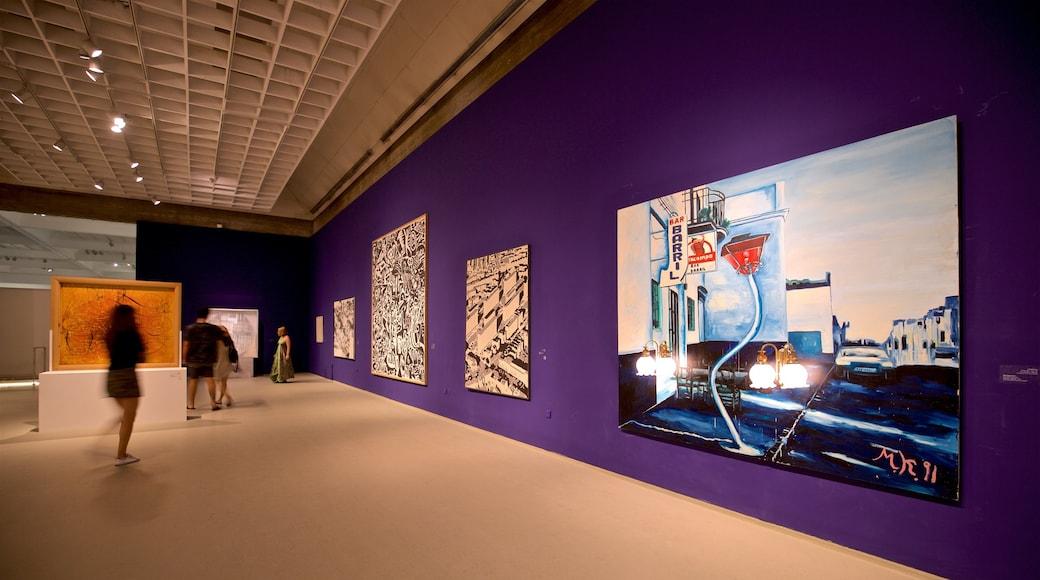 Musée d\'art de Tel Aviv qui includes vues intérieures et art aussi bien que petit groupe de personnes