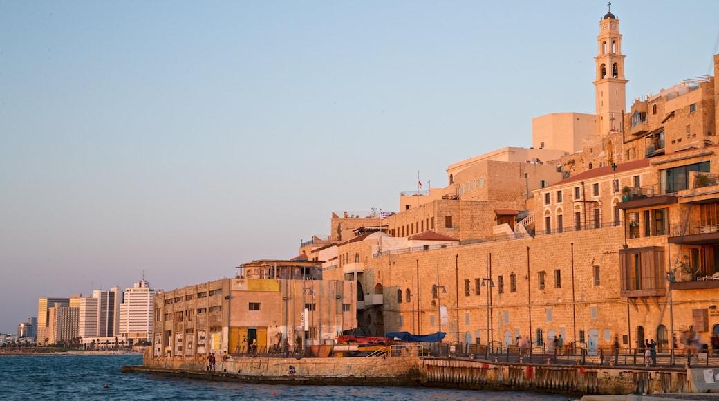 Port de Jaffa montrant coucher de soleil, ville et rivière ou ruisseau