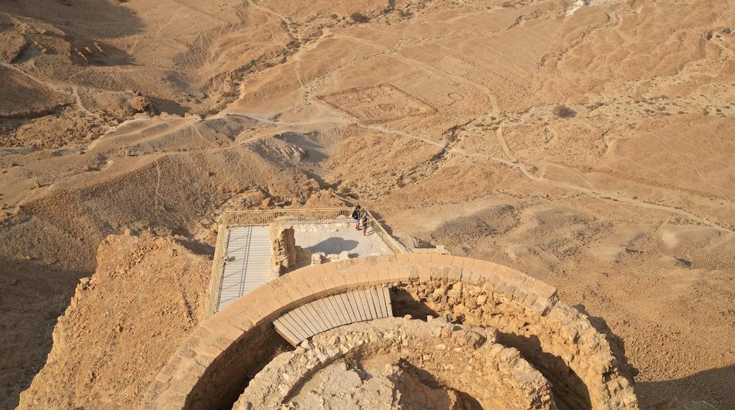 Masadan kansallispuisto joka esittää autiomaanäkymät ja raunio