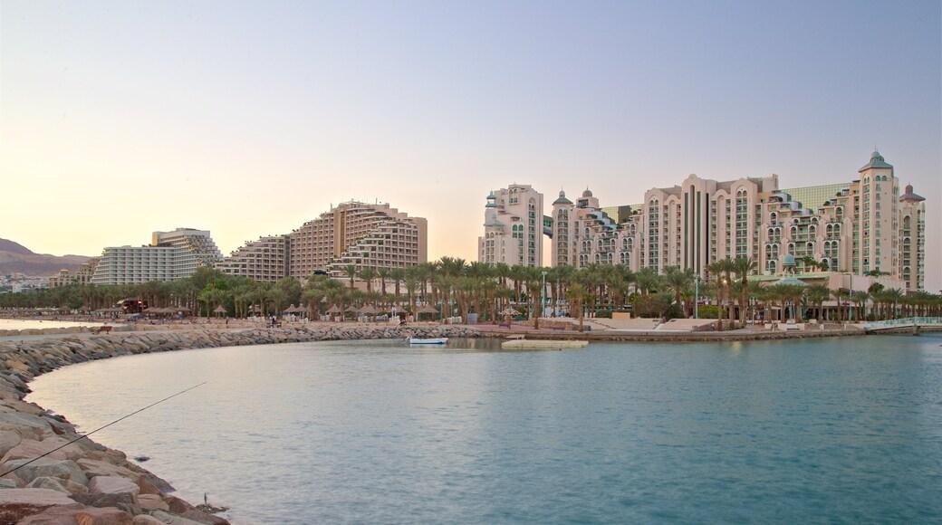 Eilat das einen allgemeine Küstenansicht, Sonnenuntergang und Luxushotel oder Resort