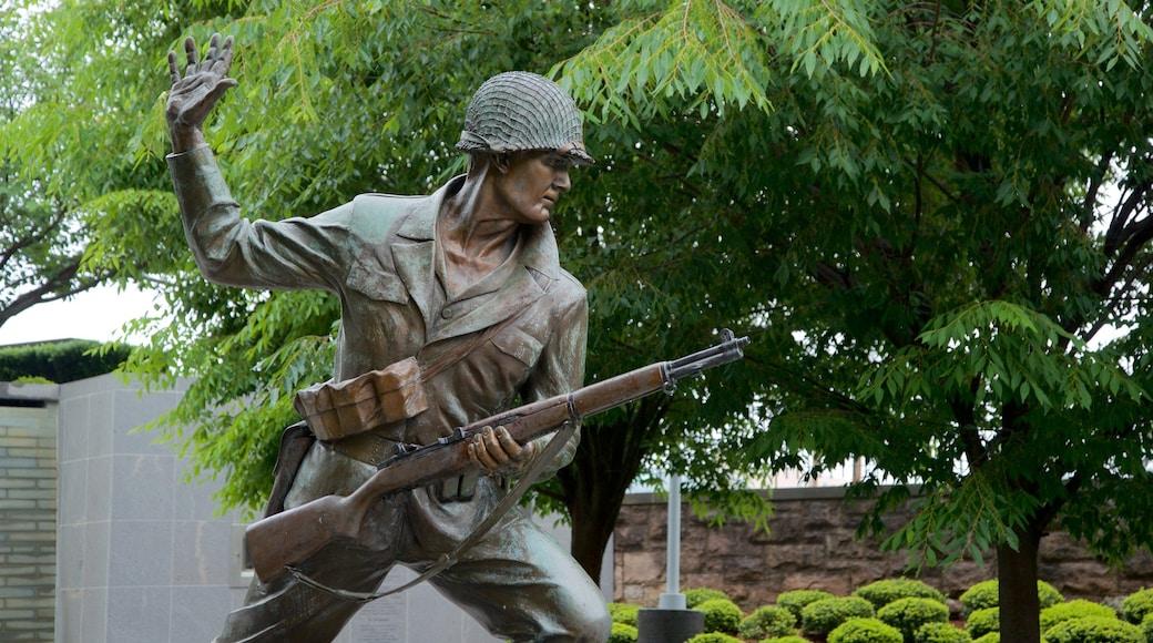 Região central de Nova Jersey que inclui uma estátua ou escultura e itens militares