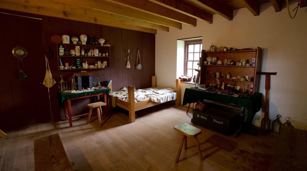 Old Barracks Museum que inclui vistas internas, uma casa e elementos de patrimônio
