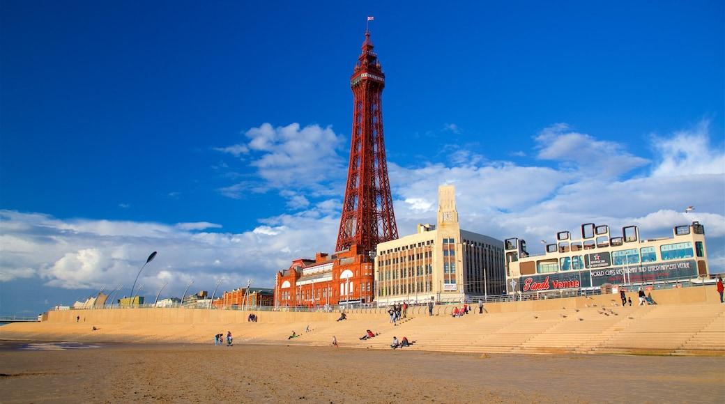 Blackpool Tower das einen Küstenort, Sandstrand und allgemeine Küstenansicht