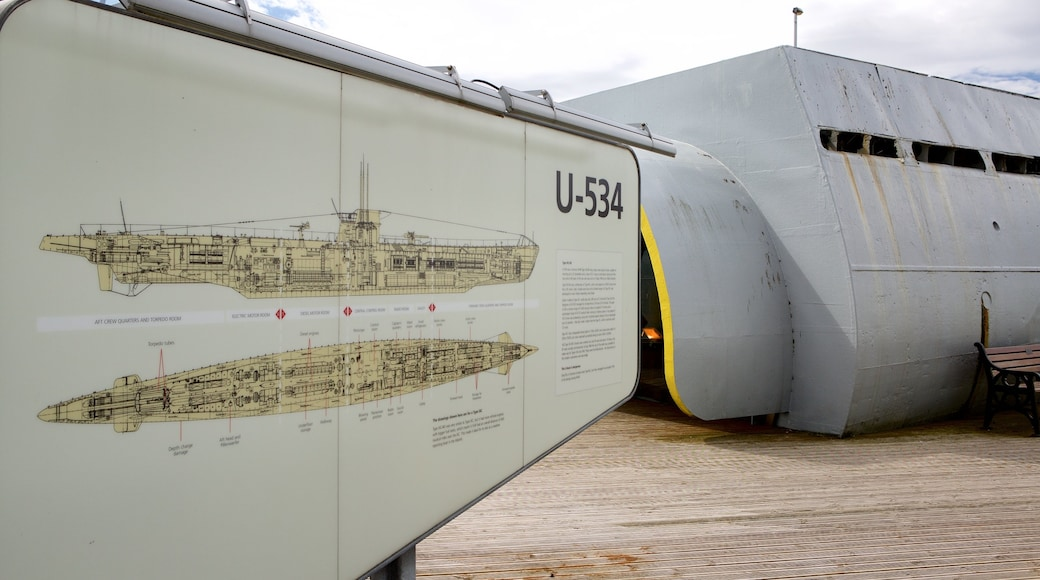 Liverpool som viser skilt, militærelementer og marina