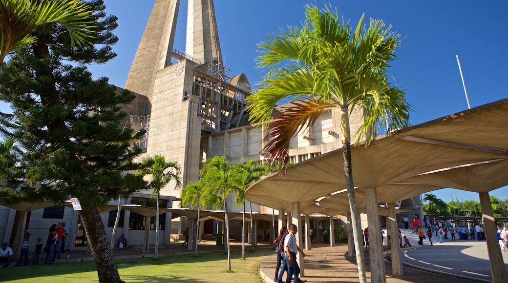 Basilica de Nuestra Señora welches beinhaltet moderne Architektur sowie Paar
