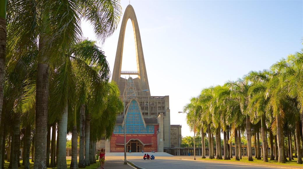 Basilica de Nuestra Señora welches beinhaltet Sonnenuntergang und moderne Architektur sowie kleine Menschengruppe