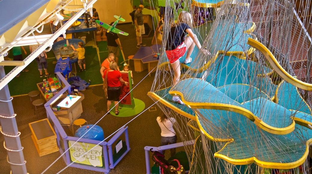 Wonderlab Science Museum mostrando vistas internas assim como um pequeno grupo de pessoas