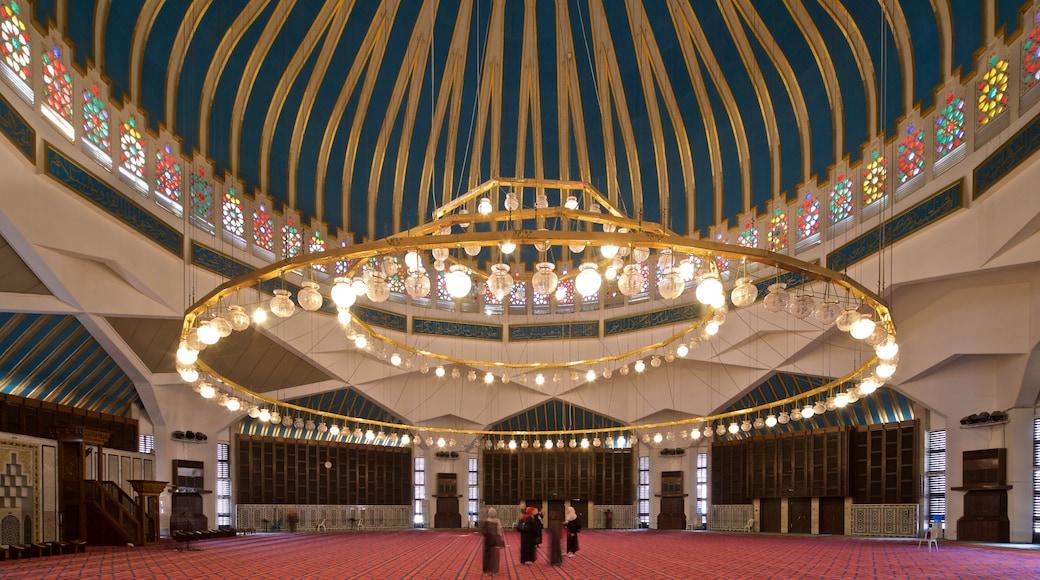 Kung Abdullah I:s moské presenterar historiska element och interiörer såväl som en liten grupp av människor