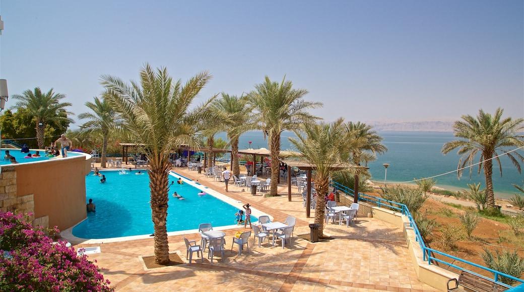 Sweimeh mettant en vedette baignade, piscine et vues littorales