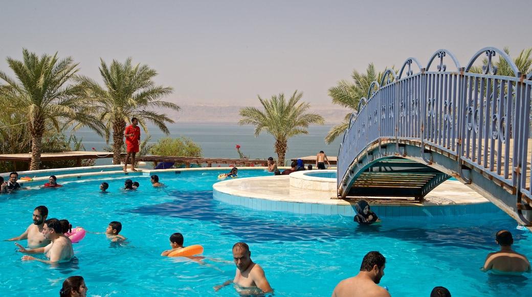 Sweimeh qui includes vues littorales, baignade et piscine