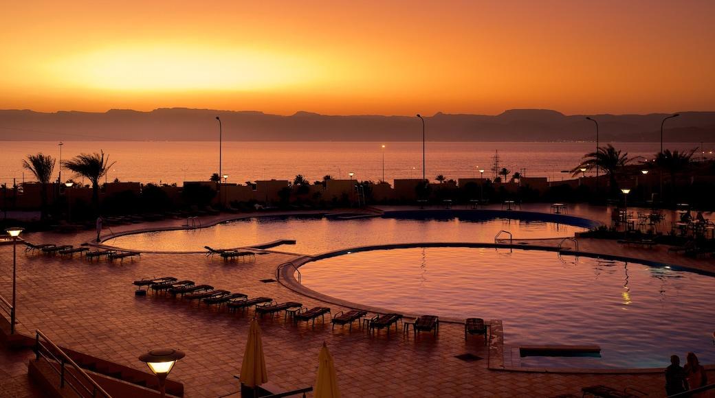 Aqaba som inkluderar kustutsikter, ett lyxhotell och en solnedgång