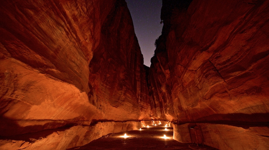 Wadi Musa das einen Schlucht oder Canyon und bei Nacht