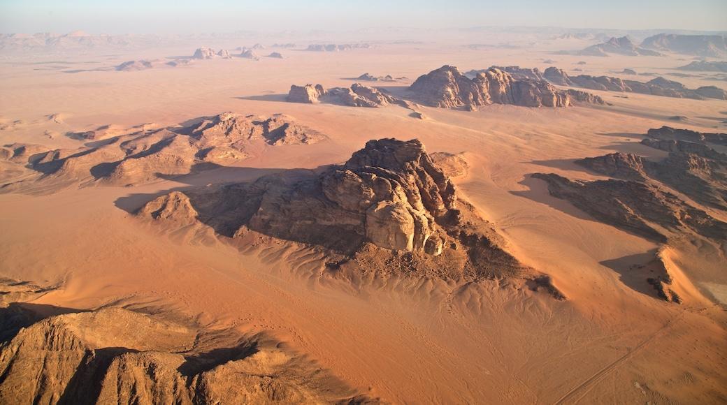 Wadi Rum mit einem Landschaften, Wüstenblick und Schlucht oder Canyon