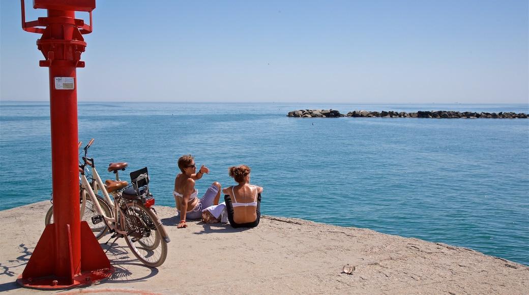 Bellaria-Igea Marina ofreciendo vistas de una costa y también una pareja