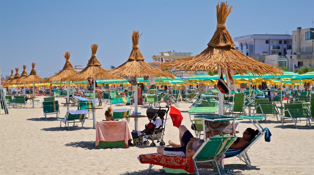 Torre Pedrera featuring yleiset rantanäkymät ja ranta sekä pieni ryhmä ihmisiä