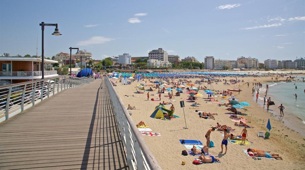 Cattolica che include spiaggia, ponte e vista della costa