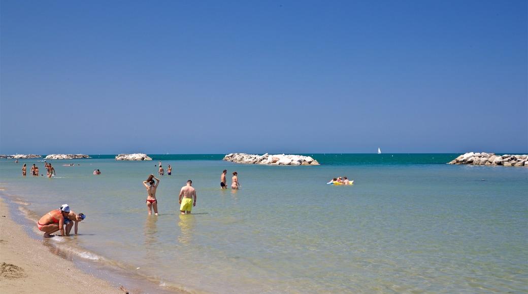 Torre Pedrera das einen Sandstrand, Schwimmen und allgemeine Küstenansicht