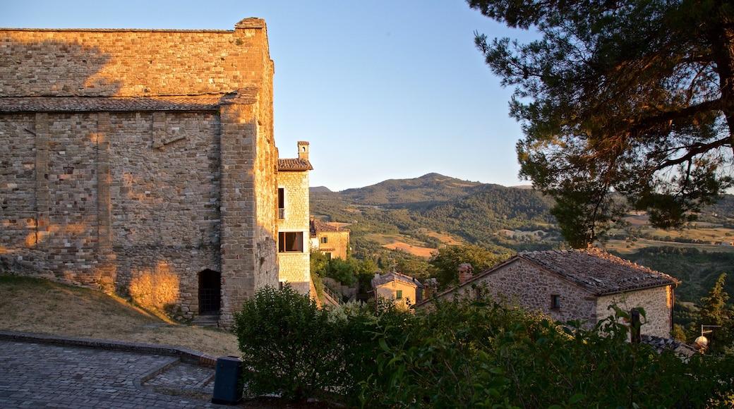 San Leo welches beinhaltet ruhige Szenerie und Kleinstadt oder Dorf