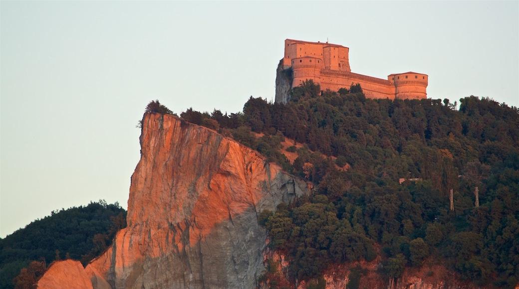 San Leo mit einem Schlucht oder Canyon und Geschichtliches