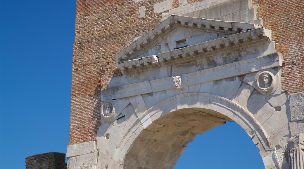 Arco di Augusto mostrando oggetti d\'epoca