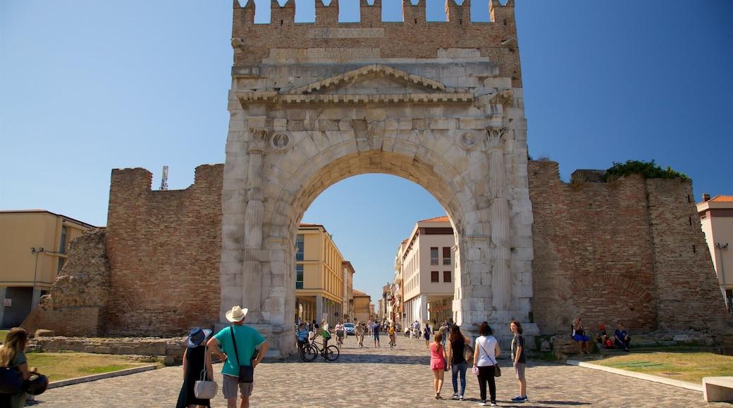 Arco di Augusto caratteristiche di strade, rovine e oggetti d\'epoca