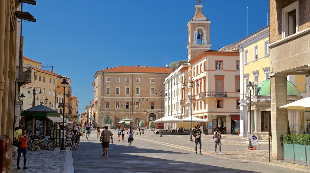 Piazza Tre Martiri che include piazza e strade cosi come un piccolo gruppo di persone