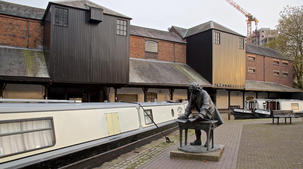 Coventry Canal Basin qui includes statue ou sculpture