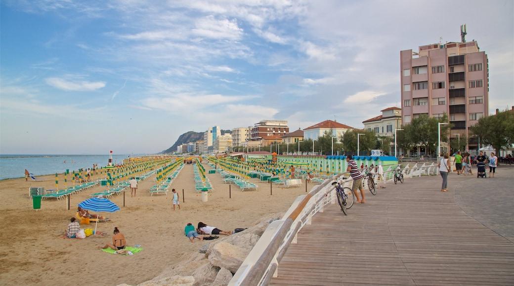 Pesaro mettant en vedette plage, ville côtière et vues littorales