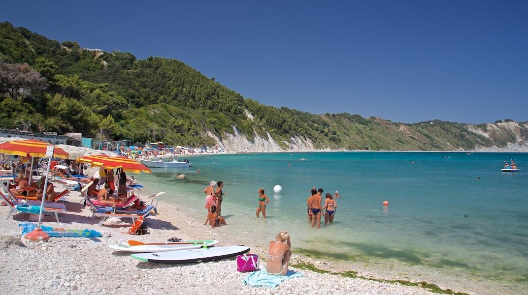 Portonovo mostrando spiaggia sabbiosa, nuoto e vista della costa