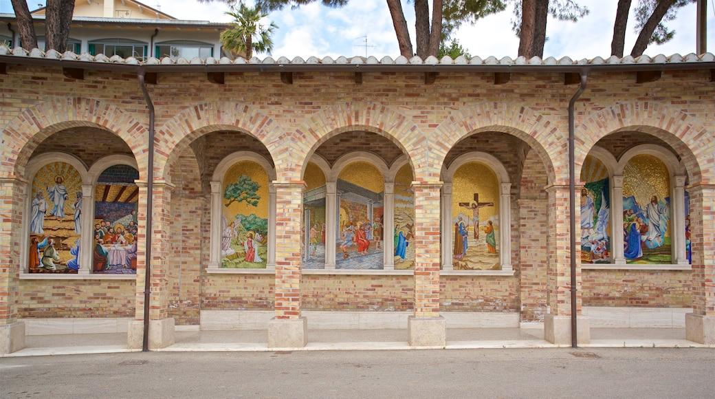 Santuario della Madonna dello Splendore das einen religiöse Aspekte und Kunst