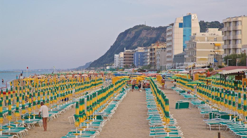 Pesaro mettant en vedette ville côtière, vues littorales et plage de sable
