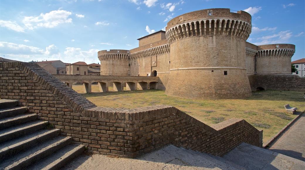 Rocca Roveresca di Senigallia che include castello e architettura d\'epoca