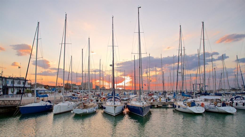 Senigallia mostrando baia e porto e tramonto