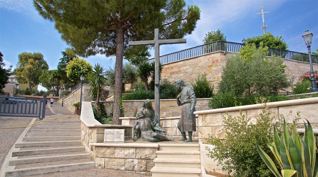 Museo d\'Arte dello Splendore das einen religiöse Elemente, Statue oder Skulptur und Park