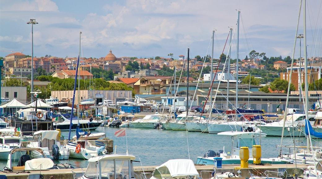 Hafen von Giulianova mit einem Bucht oder Hafen und Stadt