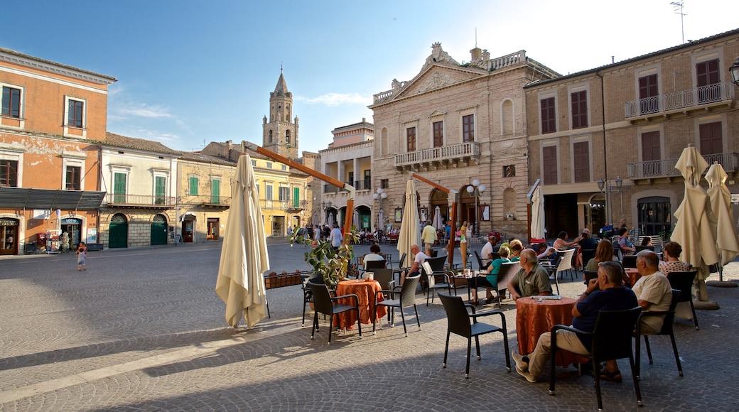 Atri welches beinhaltet Geschichtliches, Platz oder Plaza und Essen im Freien